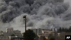 美国为首的联军在叙利亚科巴尼空袭后的浓烟