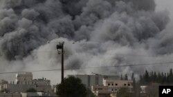 Những cột khói đen bốc lên sau các vụ không kích của liên minh do Mỹ dẫn đầu tại Kobani, Syria, ngày 12/10/2014.