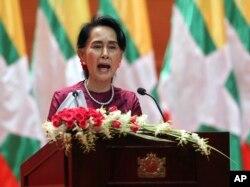 Aung San Suu Kyi menyampaikan pidato yang ditayangkan di televisi di Myanmar International Convention Center di Naypyitaw, Myanmar, 19 September 2017.