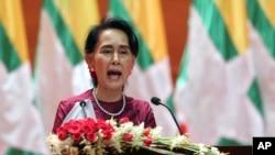 Penasihat Negara Myanmar Aung San Suu Kyi menyampaikan pidato kenegaraan yang disiarkan melalui televisi dari Pusat Konvensi Internasional Myanmar di Naypyitaw, Myanmar, 19 September 2017. (AP Photo/Aung Shine Oo)