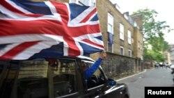 24일 영국 런던 중심가에서 택시 기사가 EU 탈퇴 결정을 환영하며 영국 국기를 휘날리고 있다.