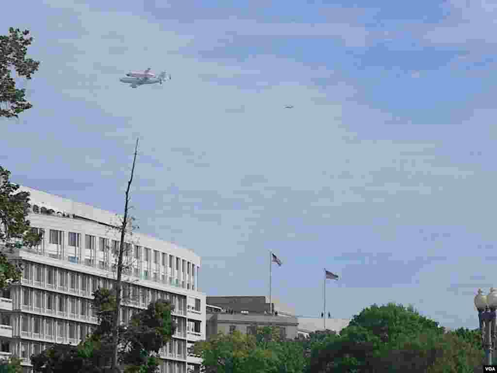 La capital siguió con emoción las dos rondas que hizo el avión de la NASA con el Discovery.