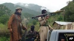 지난 5일 파키스탄 남와지리스탄 거점을 순찰 중인 탈리반 무장단원들. (자료사진)