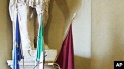 不同宗教的领袖在罗马的一个会议上握手(资料照片)