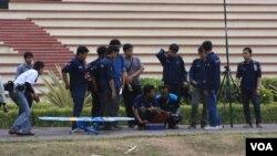 Tim UGM pembuat prototipe pesawat tanpa awak bersiap menerbangkan pesawat dalam uji coba di Yogyakarta (25/9). (VOA/Nurhadi Sucahyo)