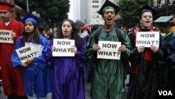 Un grupo de estudiantes exije una reforma migratoria que les permita trabajar legalmente luego de finalizar la universidad.
