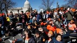 지난 3월 워싱턴 DC의 의사당에서 '불법체류 청년 추방유예 제도(DACA)' 지지자들이 시위하고 있다.