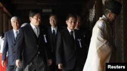 15일 야스쿠니신사를 참배한 하타 유이치로 일본 국토교통상(왼쪽 두 번째)과 의원들.