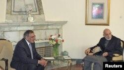 ປະທານາທິບໍດີ Hamid Karzai ແຫ່ງອັຟການິສຖານພົບປະກັບທ່ານປາແນັດຕາ ລັດຖະມົນຕີປ້ອງກັນປະເທດ ສະຫະລັດ ທີ່ກຸງຄາບູລ (15 ມີນາ 2012) ວັນທີ 15 ມີນາ 2012.