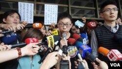 """太陽花學運學生領袖魏揚在台北地方法院門口宣讀""""為民主不服從""""聲明(美國之音張佩芝拍攝)"""