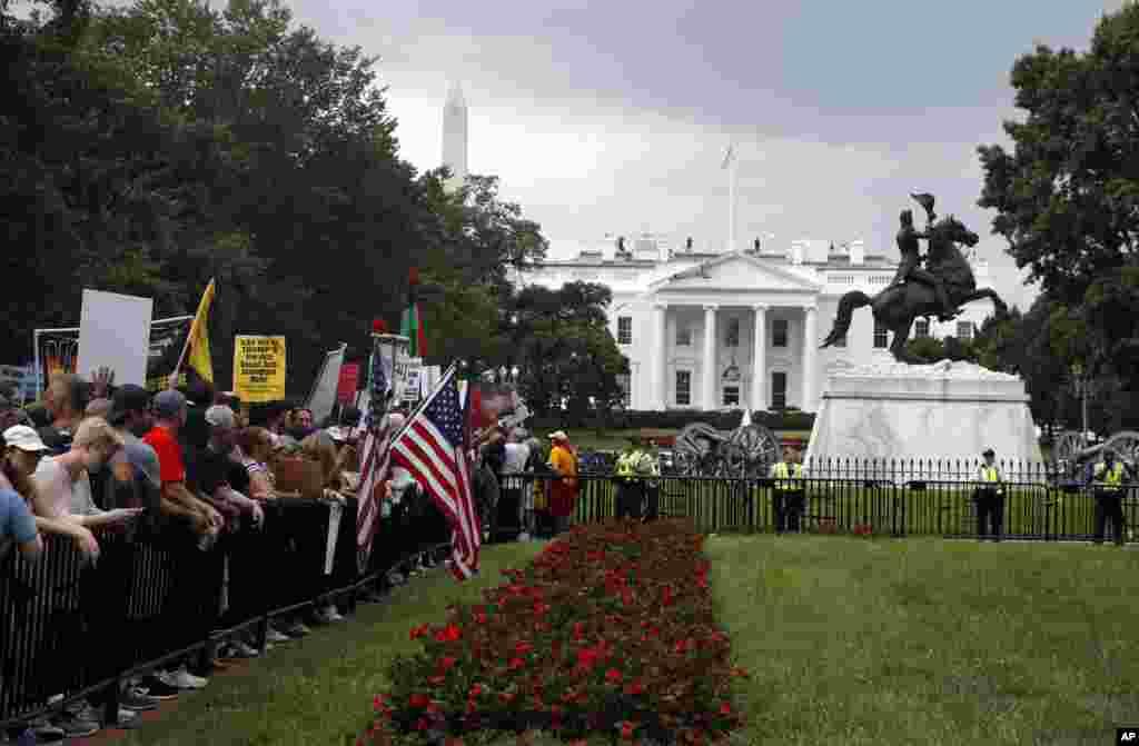 روز یکشنبه هزاران نفر از مخالفان افراط گرایی مقابل کاخ سفید تجمع کردند. واکنش این معترضان به تجمع «دست راستیهای افراطی» بود. در تجمع دست راستی ها که معتقد به برتری نژاد سفید هستند حدود فقط ۲۰ نفر شرکت کرد.