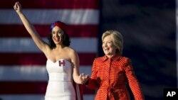 کیتی پری و هیلاری کلینتون در کمپین تبلیغاتی کلینتون - اکتبر ۲۰۱۶