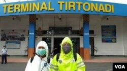 Aktivitas para petugas di Terminal Tirtonadi, Solo (foto: VOA/Yudha).