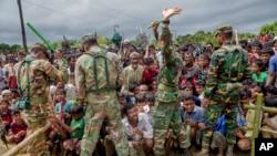 2017年9月28日,羅興亞難民等待領取援助物資,孟加拉國戰士維持秩序。