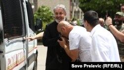 Crnogorska policija privodi sveštenika Mirčetu Šljivančanina u Podgorici, 15. juna 2020. (Foto: RFE/RL/Savo Prelević)