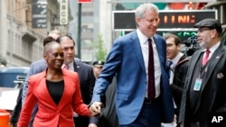 "Le maire de New York, Bill de Blasio, et son épouse, Chirlane McCray, arrivent à New York pour l'émission ""Good Morning America""​​, le 16 mai 2019."
