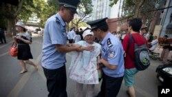 Cảnh sát Trung Quốc bắt giữ một người biểu tình bên ngoài Tòa án Nhân dân Trung cấp ở tỉnh Sơn Đông.