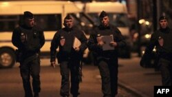 Офицеры французского спецподразделения полиции недалеко от дома террориста. Тулуза, 21 марта 2012