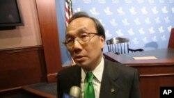 Ông Alan Leong Lãnh đạo đảng Dân sự nói rằng người Hong Kong không nên hỏi Bắc Kinh hình thức bầu cử nào sẽ theo mà hãy hỏi chính họ hình thức nào Hong Kong cần