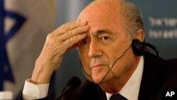 Chủ tịch FIFA Sepp Blatter loan báo sẽ từ chức vào tháng hai vì những cáo giác tham nhũng nhắm vào các giới chức cấp cao của tổ chức này.
