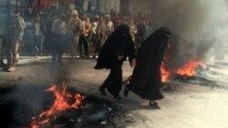 یمن کے شہر تعز میں دو خواتین ایک ایسی سڑک سے گزر رہی ہیں جہاں آگ بھڑک رہی ہے۔ یمن کے حالات مزید خراب ہو چکے ہیں۔ 27 ستمبر 2021