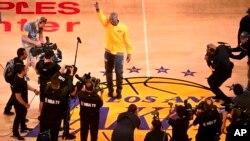 Kobe Bryant des Los Angeles Lakers saluant la foule lors d'une cérémonie avant son dernier match de la NBA contre Utah Jazz, le 13 Avril 2016, à Los Angeles, USA. (AP Photo/Mark J. Terrill)