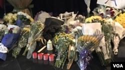 法国驻北京使馆设死难者灵堂,接受民众献花悼念(2015年11月15日,美国之音拍摄)