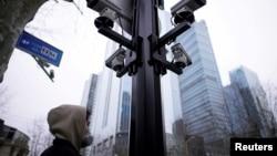 上海街頭監控攝像機下的一名戴口罩的行人。 (2020年3月4日)