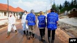 Các chuyên gia của Liên hiệp châu Âu đánh giá thiệt hại gây ra bởi bùn đỏ ở làng Kolontar, Hungary, 13/10/2010