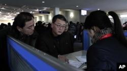 지난 2013년 북한 평양 공항의 '고려링크' 부스에서 외국인들이 휴대전화를 대여하고 있다. (자료사진)