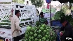 一名蔬菜商販在巴格達銷售農產品