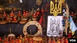 У подножья памятника по жертвам голодной смерти, возведенного возле Киево-Печерской Лавры в Киеве