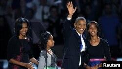 Rais Barack Obama, wa Marekani alipomshinda mgombea kiti wa chama cha Republican Mitt Romney, ili kuingia madarakani kwa mhula wa pili akiwa na familia yake.