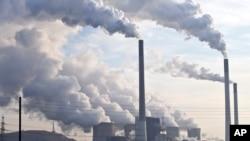 کارخانوں کی چمنیاں آب و ہوا کو نقصان اور ماحول کو تباہ کرنے والی گیسیں فصا میں دھکیل رہی ہیں۔