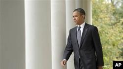 가다피 사망에 관한 발언을 위해 백악관 로스 가든으로 걸어 나오는 오바마 대통령