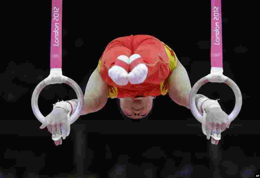 El gimnasta chino Chen Yibing se presenta en los aros durante la final de Gimnasia Artística masculina.