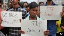 Activists protest Amnesty International in Dhaka, Bangladesh, Oct. 30, 2015.
