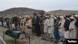 سوشل میڈیا پر گردش کرنے والی مراد خان کے نمازِ جنازہ کی تصویروں میں پاکستانی فوجی بھی نظر آ رہے ہیں۔