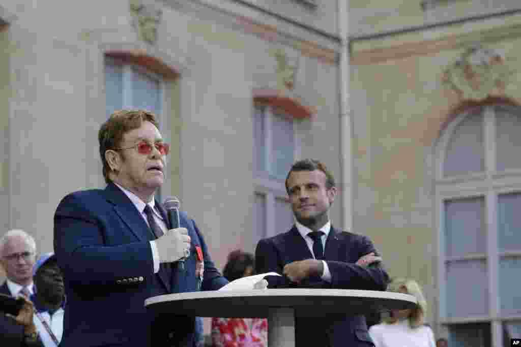 رئیس جمهوری فرانسه عالیترین نشان غیرنظامی این کشور، نشان لژیون دونور، را به التون جان اهدا کرد.