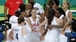 تیم باسکتبال زنان ایالات متحده که برای ششمین بار در رقابت های المپیک به مدال طلا دست یافتند.