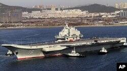 중국의 랴오닝성 북동부 다롄에서 첫 출항 후 한 항구로 돌아오는 항공모함 랴오닝호(자료사진)