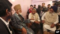 Kashmiri separatist leader Syed Ali Shah Geelani, second left, talks to a delegation of Indian lawmakers who called on him in Srinagar, India, 20 Sep 2010