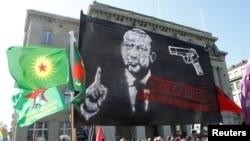 Disticos contra Erdogan ma marcha realizada na Suiça, 25 de Março, 2017.