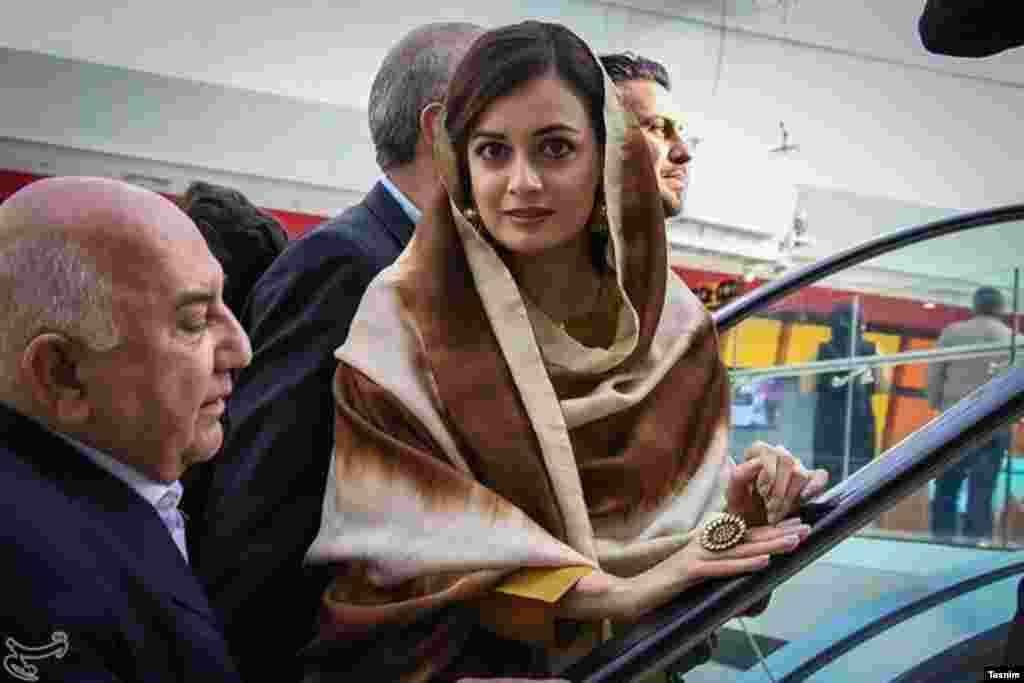 نشست فیلم سینمایی سلام بمبئی، دیا میرزا، بازیگر سینمای بالیوود که در تهران حاضر شده است.