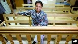 Agus Dwikarna asal Indonesia di ruang sidang pengadilan di Passay City, Filipina, dalam kasus dugaan teror pada 2002.