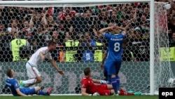 Birkir Saevarsson de l'Islande, à gauche, marque contre son camp lors du match du groupe F de l'Euro 2016 entre l'Islande et la Hongrie au Stade Vélodrome de Marseille, France, 18 juin 2016. epa/ ALI HAIDER EPA / ALI HAIDER