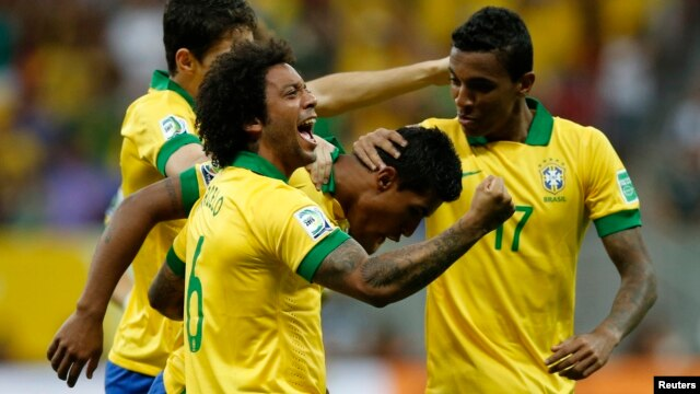 Brazil's Paulinho (2nd R) celebrates with his teammates after scoring a goal during their Confederations Cup Group A soccer match against Japan at Estadio Nacional in Brasilia, June 15, 2013.