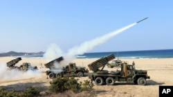 Tentara Angkatan Darat Korea Selatan meluncurkan beberapa roket saat latihan militer menghadapi kemungkinan serangan dari Korea Utara di Goseong, Korea Selatan, Senin (3/3).