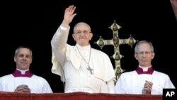 프란치스코 로마 가톨릭 교황(가운데)이 25일 바티칸 성베드로대성당 발코니에서 광장에 모인 가톨릭 신자들을 축복하고 있다.