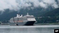 Un bateau de la compagnie Holland America, propriétaire du Zaandam qui lui est bloqué au large de l'Amérique du Sud à cause des mesures de fermeture des frontières prises par plusieurs pays côtiers fin mars 2020 pour éviter la propagation du coronavirus.(Photo AP)